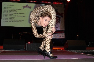 Extreme Yoga-Stretching in Kontorsion in catsuit, Amsterdam